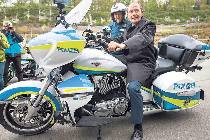 Der Fototermin macht dem Minister Spaß: Markus Ulbig (53) auf dem Super-Polizeimotorrad.