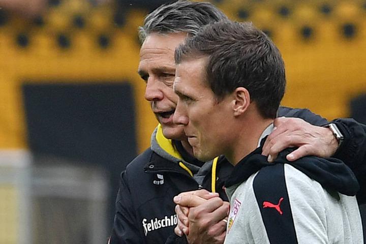 Nach dem 5:0 im Hinrundenspiel tröstete Dynamos Uwe Neuhaus seinen jungen Trainer-Kollegen Hannes Wolf.