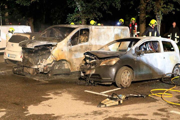 Insgesamt fünf Fahrzeuge wurden bei dem Brand beschädigt.