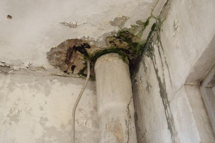 Der Putz blättert ab, Stromkabel ragen aus der Wand.