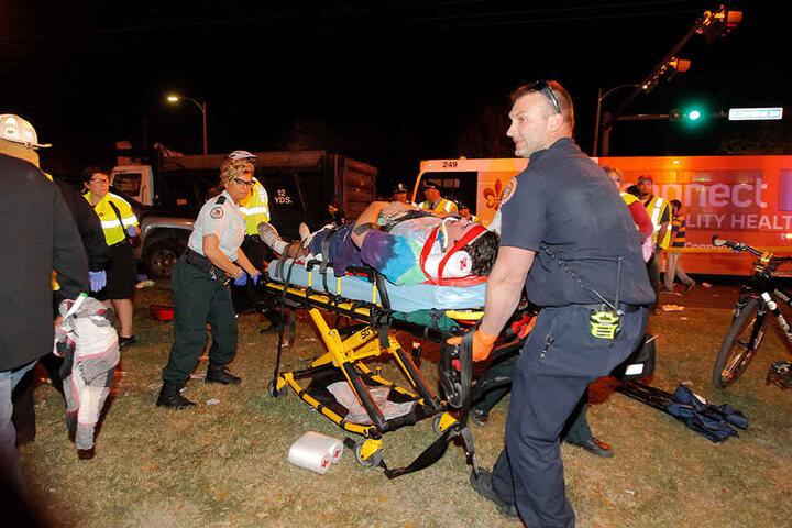 Polizisten und Rettungskräfte kümmern sich um die Opfer.