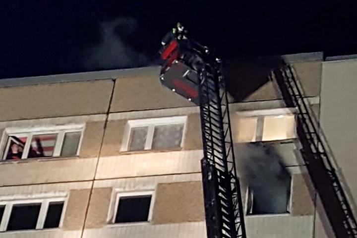 Schwarzer Qualm stieg aus den Hochhaus-Fenstern. Alle Hausbewohner konnten sich retten.