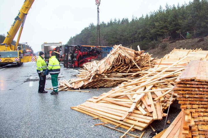 Der Lastwagen hatte 26 Kubikmeter Holz geladen, geriet ins Schleudern und kippte auf der A24 um.