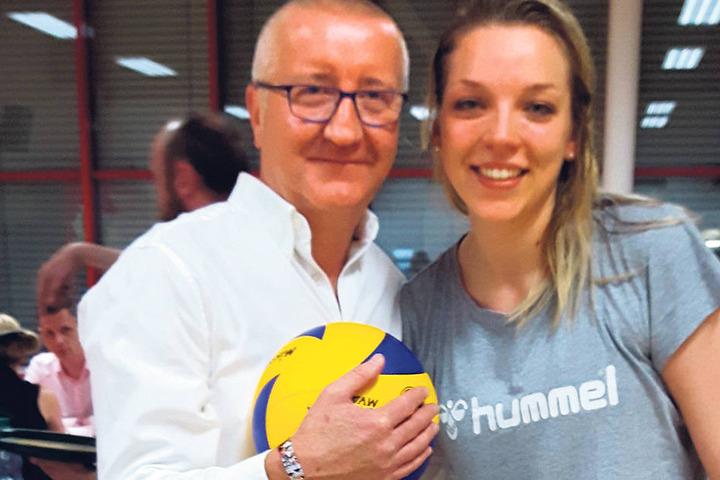 Malermeister Olaf Schade mit dem signierten Sieg-Ball und Kapitän Katharina Schwabe.