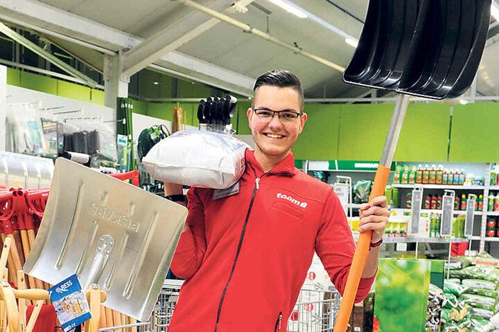 """Azubi Tobias Erdmann (18) vom """"toom-Baumarkt"""" mit Schippe, Streusalz & Co."""