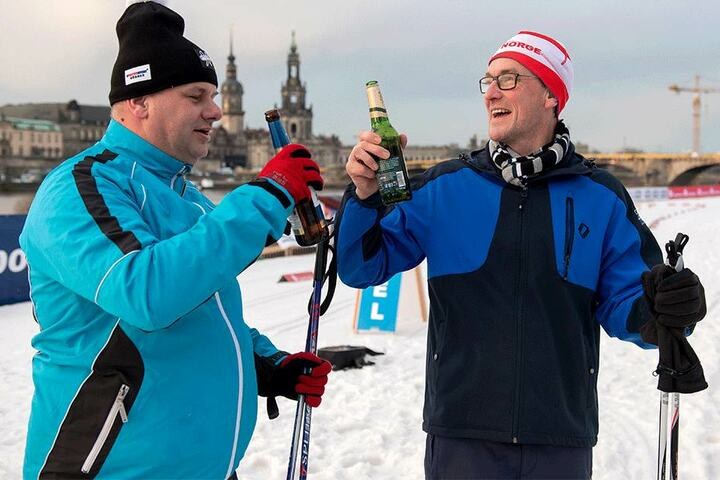 Mit dem Bierchen wartet OB Dirk Hilbert (46), bis auch Stadtsprecher Kai Schulz (43) im Ziel ankommt.