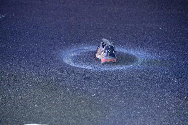 Ein Schuh blieb auf der Fahrbahn zurück.