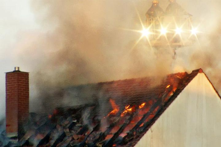 In der Dachgeschosswohnung des Mehrfamilienhauses loderten die Flammen.