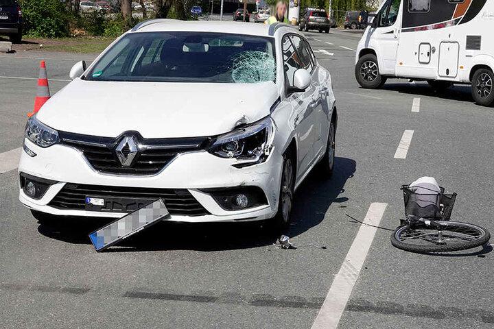 Die Radfahrerin schlug offenbar mit dem Kopf auf der Windschutzscheibe auf.