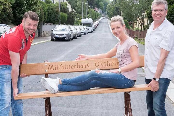 TAG24-Redakteurin Doreen Grasselt (33) sitzt schon mal Probe und lässt sich von den Ortschaftsräten Carsten Claus (48) und Falk Ulbrich (49) ein Stück tragen.