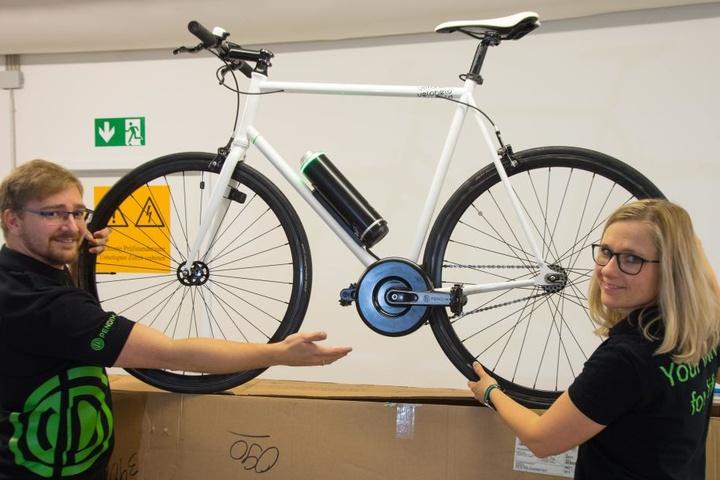 Christian Groth (28) und Carolin Hübner ( 34 ) zeigen ein Fahrrad mit dem neuen E-Antrieb.