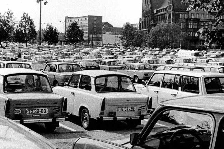 """Parkplatz-Mekka Innenstadt: Trabi an Trabi - Parkplatzprobleme gab es in den 80ern und Anfang der 90er-Jahre in der City nicht. Hier stehen heute die Karrees um """"Peek&Cloppenburg"""" sowie das Bürgerhaus am Wall."""