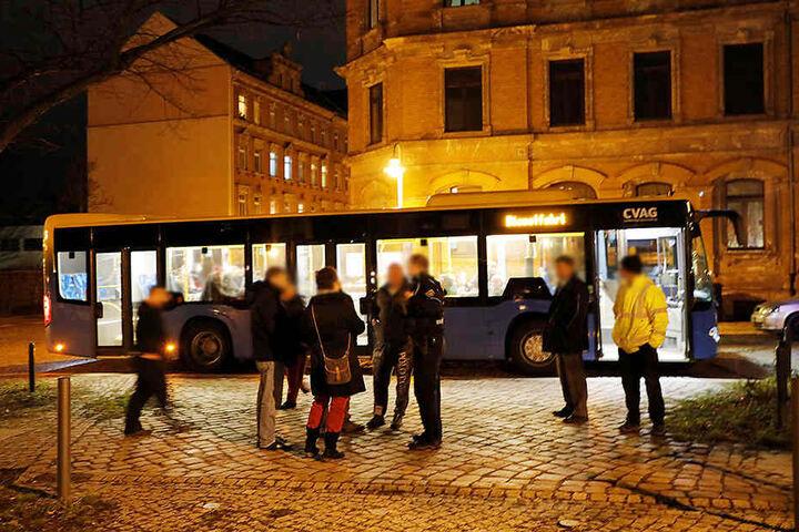 Die evakuierten Mieter konnten sich in einem durch die CVAG bereitgestellten Bus aufwärmen.