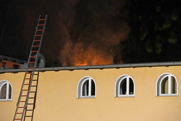 Die Flammen hatten sich bereits durch das Dach gefressen.