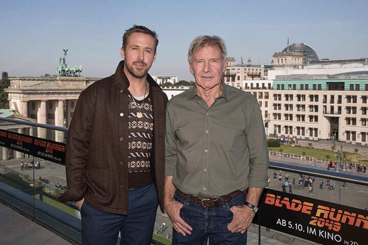 """Die Schauspieler Ryan Gosling (l) und Harrison Ford bei einem Photocall anlässlich des Kinofilms """"Blade Runner 2049"""" in Berlin."""
