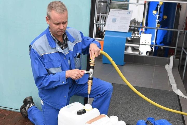 Im Altenberger Wasserwerk füllt Werksmeister Michael Kuschel für Selbstabholer Kanister mit sauberem Wasser ab.
