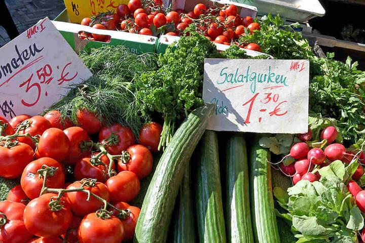 Auch Gemüse wird auf einem Wochenmarkt angeboten. (Symbolbild)