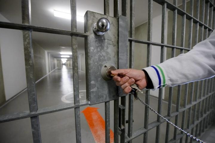 Wie weit soll die Überwachung in den Zellen reichen? Fest steht: nicht nur in Sachsens JVA kommen Selbsttötungen öfter vor.