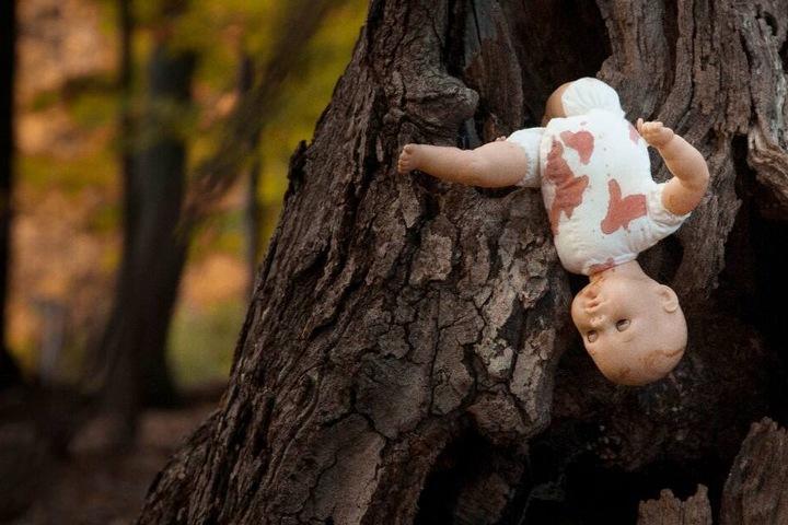 Die Puppen hingen an Bäumen, an ihnen waren Verletzungen nachgestellt. (Symbolbild)