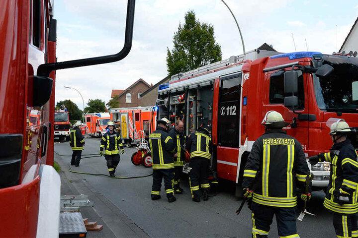 Die Feuerwehr musste den lebensgefährlich verletzten Mann aus seinem Auto bergen.