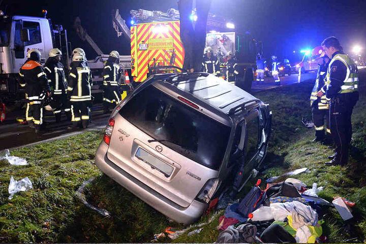 Die Feuerwehr hat die vier Schwerverletzten in Krankenhäuser nach Bielefeld gebracht.