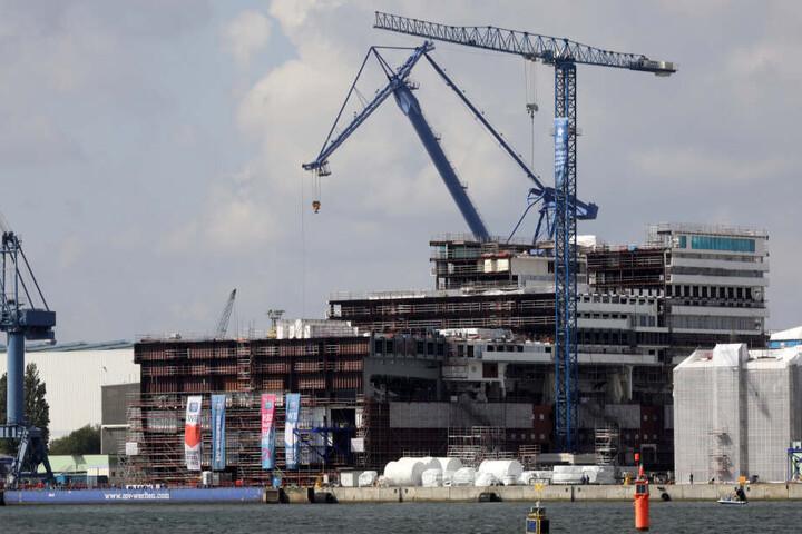 Was da im Dock in Rostock zu sehen ist, wird mal ein riesiges Kreuzfahrtschiff.