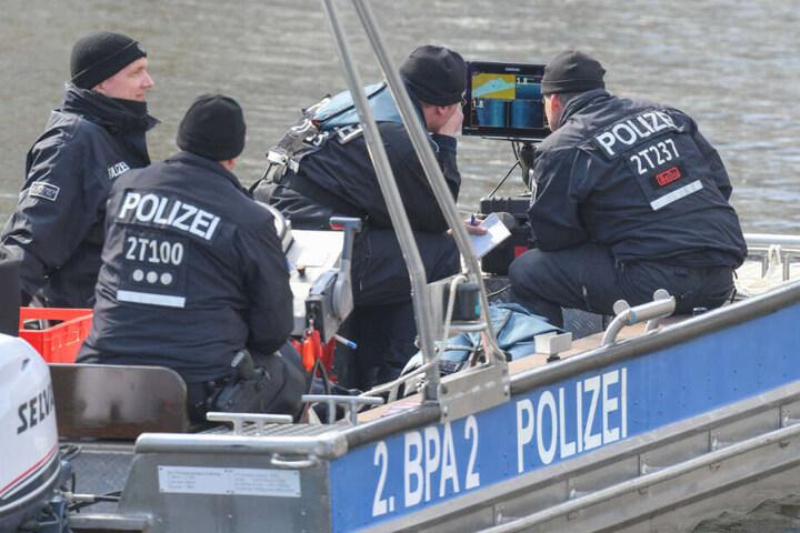 Polizisten bei der Suche nach Rebecca am Storkower Kanal nahe dem Wolziger See.