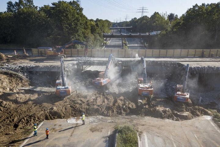 Mit schwerem Gerät wird die B5 Brücke an der Bergedorfer Straße abgerissen. Bei einer Vollsperrung der A1 bei Hamburg-Billstedt wegen des Brückenabrisses muss mit starken Verkehrsbehinderungen gerechnet werden.