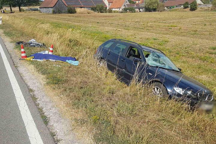 Der Autofahrer fuhr nach dem Zusammenstoß mit dem Radfahrer in den Graben.