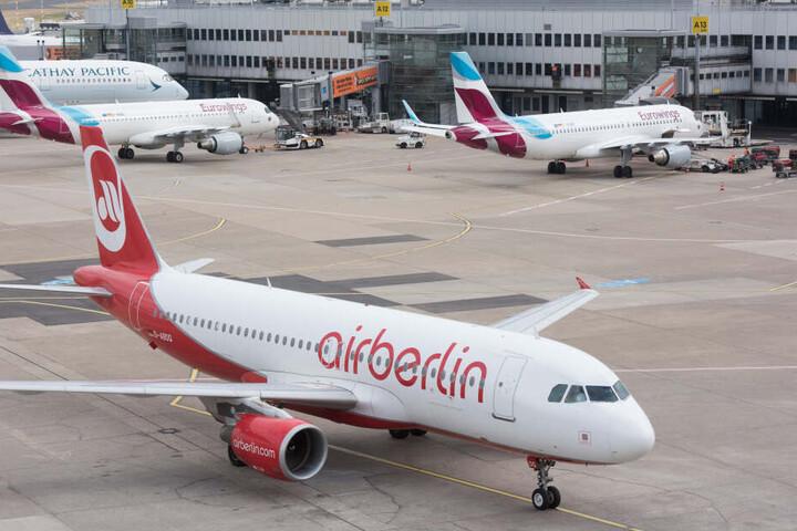 Flieger von AirBerlin und Eurowings stehen am Flughafen Düsseldorf.
