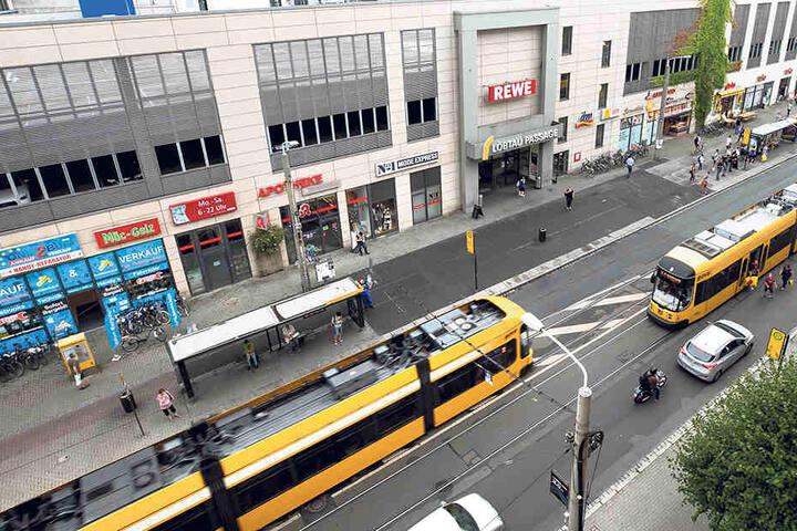 Momentan fahren Autos, Busse und Straßenbahnen gemeinsam über die Kesselsdorfer Straße. Künftig soll die Haltestelle entschärft werden.