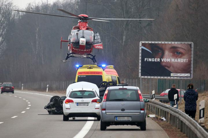 Ein Rettungshubschrauber brachte eine der verletzten Personen ins Krankenhaus.