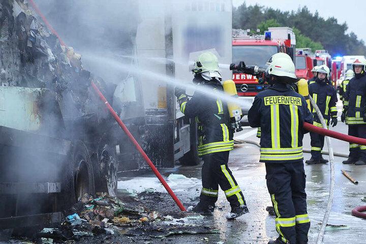 Die Feuerwehr musste den Brand mit Strahlrohren löschen.