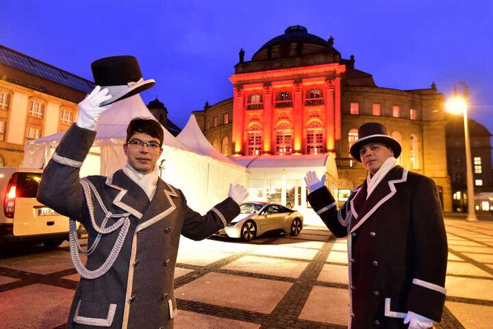 Yves Klemm (26) und Andreas Uhlig (42) sorgten für die stilvolle Begrüßung der Opernballgäste.