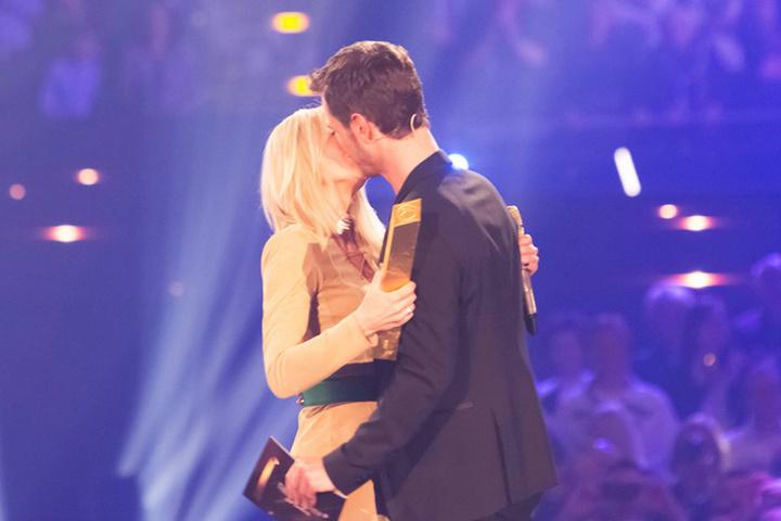 Heiße Küsse bei der Show: Gemeinsame Auftritte mit ihrem Partner Florian Silbereisen sorgen bei den Fans für Begeisterung.