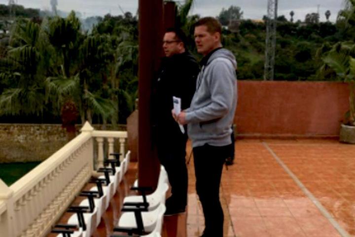 Pauli-Trainer Markus Kauczinski (l.) und Co Markus Gellhaus spionieren.