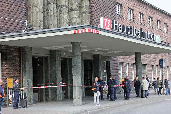 Vor dem Hauptbahnhof warten Fahrgäste auf die Aufhebung der Sperrung.