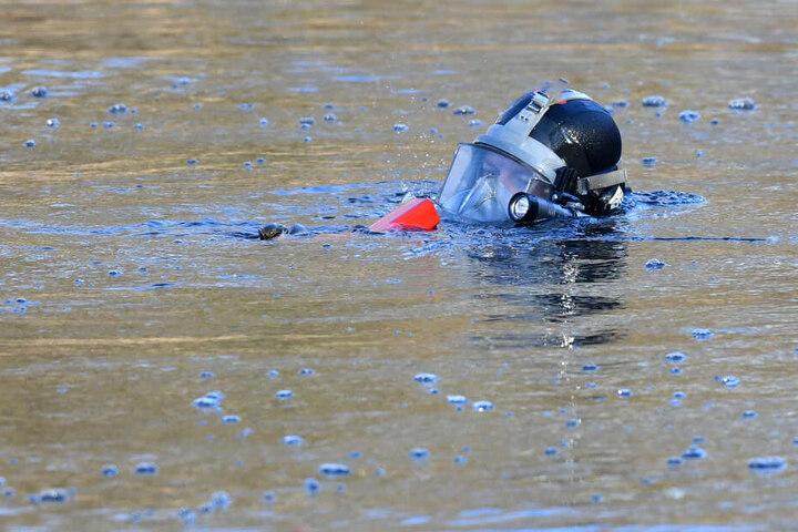 Polizeitaucher haben am Mittwoch in Saalfeld eine tote Frau aus der Saale geborgen. (Symbolbild)