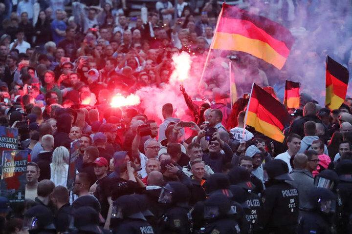 Unter den mehr als 6000 Demonstranten befanden sich auch einige hundert Rechte, es kam zu Übergriffen.