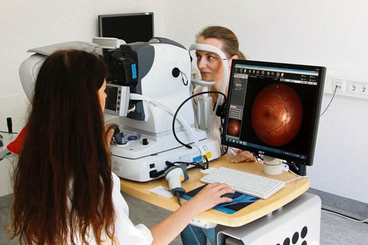 Studienassistentin Conny Höpfner (l.) untersucht die Augen von Probantin Margarita Denich. Aktuell widmet sich die LIFE-Studie unter anderem Krankheiten der Netzhaut und des Sehnervs.