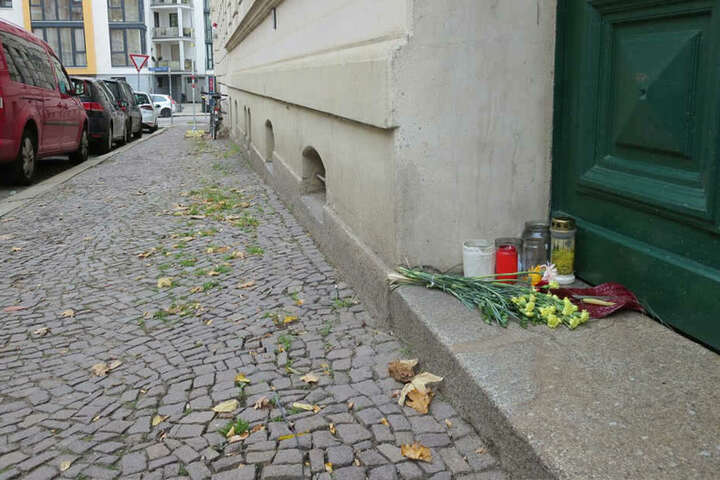 An dem Mehrfamilienhaus in der Eduardstraße 1 wurden Blumen niedergelegt und Kerzen angezündet.
