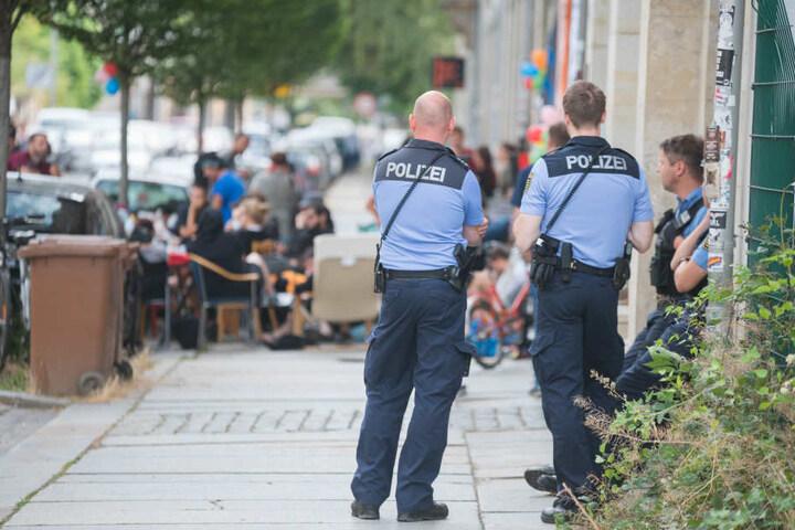 Polizisten beobachten das Geschehen am Rande. Bislang sind sie aber nicht eingeschritten.