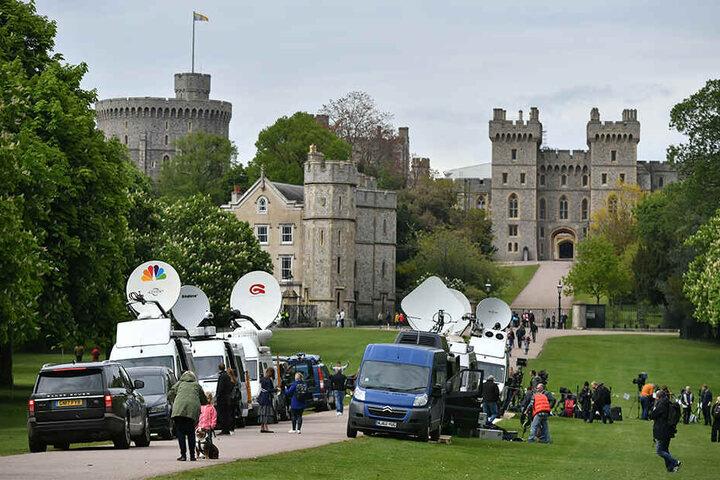 Fernsehteams vor Windsor Castle, nachdem die Geburt des neuen Babys bekannt gegeben wurde.