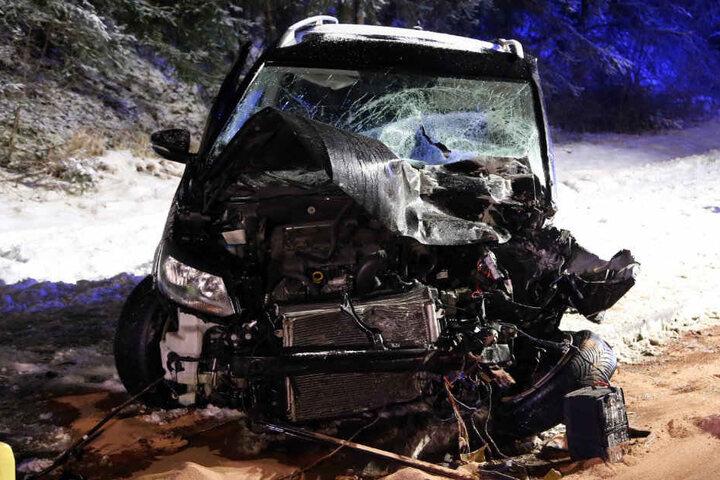 Zwei Menschen wurden bei dem Unfall eingeklemmt.
