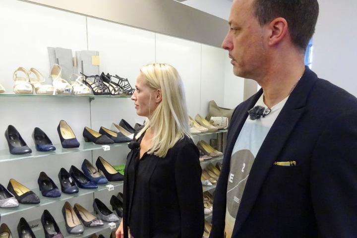 Andrea und Shoppingbegleitung Reiner suchen die passenden Schuhe.