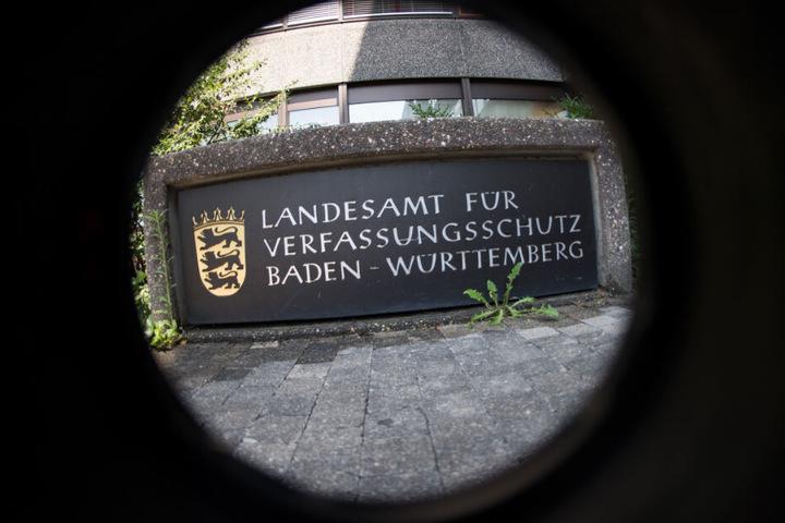 Das Schild steht vor dem Landesamt für Verfassungsschutz in Stuttgart.
