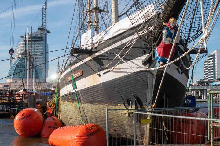 """Am zweiten Tag der Bergung der """"Seute Deern"""" hat sich das Schiff sichtlich aus dem Wasser gehoben und aufgerichtet."""