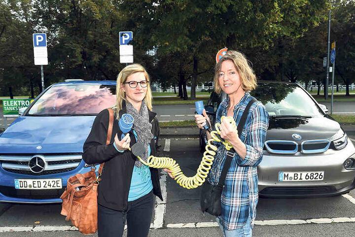 """Anja Günther (31, l.) von der Energieagentur SAENA zeigt MOPO24-Redakteurin  Anneke Müller, wie die flotten Flitzer """"bestromt"""" werden."""