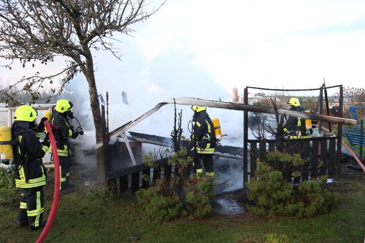 Als die Feuerwehr eintraf, stand die Laube schon in Vollbrand.