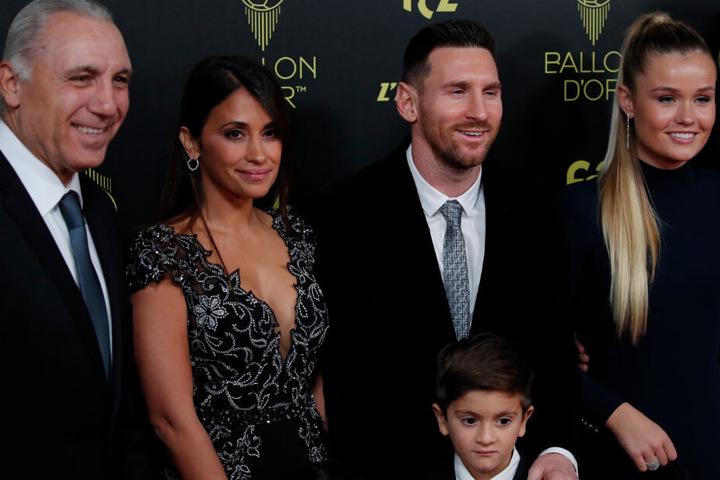 Lionel Messi (2.v.r.) vom FC Barcelona steht für ein Bild mit seiner Frau Antonella Roccuzzo (2.v.l.) und seinen Sohn Thiago (r, unten) vor der Zeremonie zur Vergabe des Ballon d'Or